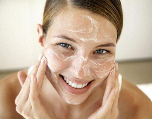 Çiller ve yaşlılık lekeleri: evde yüzün nasıl beyazlatılacağı
